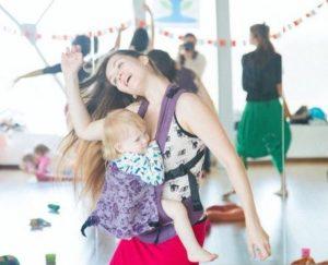 мама танцует с ребенком